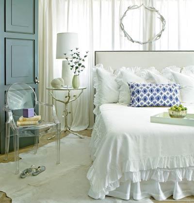 quartos - Arteriors cadeira fantasma Tabela Sherwood quarto branco da cama ikat quarto lucite sereno
